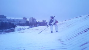 Очистка кровли от снега и наледи в Тольятти